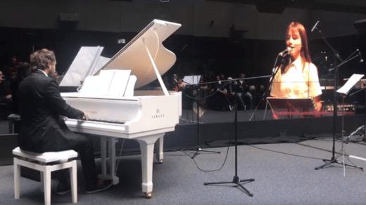 """Mischa Dohler ejecutó un concierto en directo """"con su hija"""" a través de un video proyectado en 5G."""