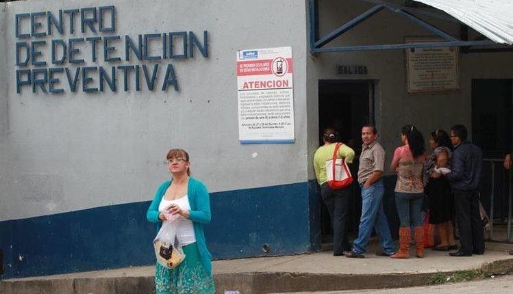 Pandilleros recluidos en el sector 11 del Preventivo de la zona 18 mantienen restricciones de visitas y encomiendas. (Foto Prensa Libre: Hemeroteca PL)