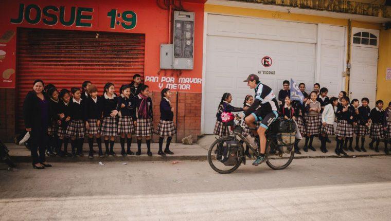 El francés Laurent Simon se encuentra en San Pedro Carchá, donde entregará, con el apoyo de Plan de Internacional, útiles escolares a las escuelas de Chizon, Chiqueleu y Tanchi. (Foto Prensa Libre: Eduardo Sam)