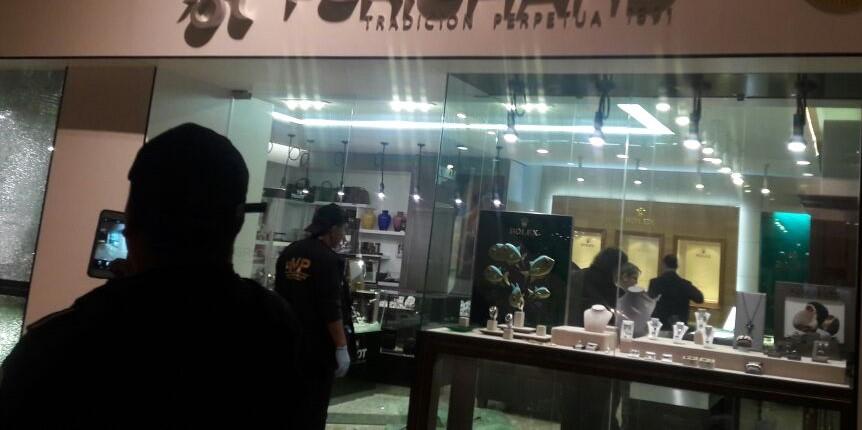 Fiscales del Ministerio Público recolectan indicios en una de las joyerías del centro comercial. (Foto Prensa Libre: Cortesía)