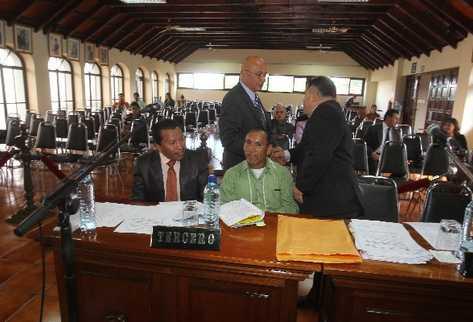 Danilo Rodríguez, abogado de Ríos Montt, saluda a Héctor Reyes, representante de Caldh, antes de la vista pública en la CC.