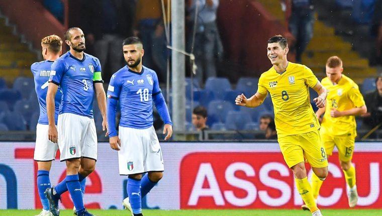 Los jugadores de Italia se lamentaron de encajar el gol del empate. (Foto Prensa Libre: EFE)