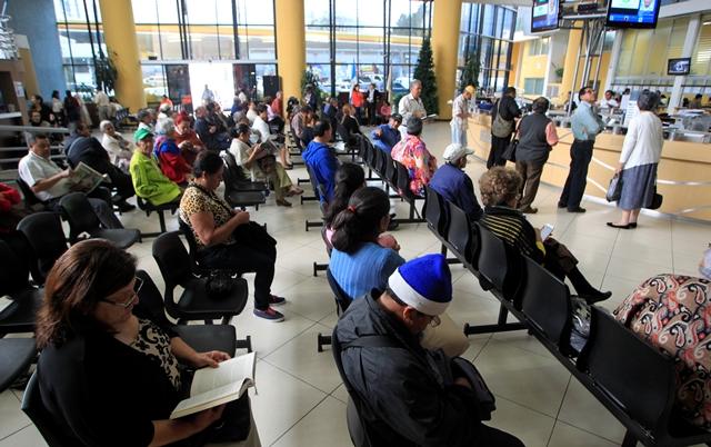 Los pensionados denunciaron falta de atención y escasez de medicamentos. (Foto Prensa Libre: Edwin Bercián)