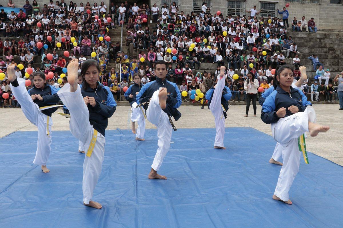 El taekuondo es uno de los deportes que podrán practicar los 450 niños y jóvenes de la Comunidad Esperanza, en Cobán. (Foto Prensa Libre: Eduardo Sam Chun)
