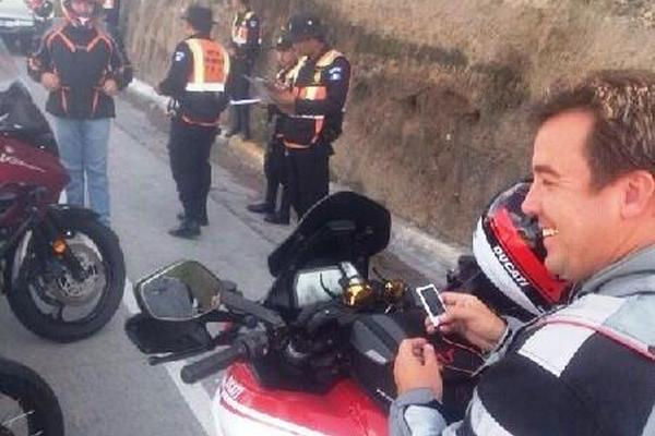 Alejandro Sinibaldi fue sorprendido sin usar chaleco y casco numerado. (Foto Prensa Libre: Internet)