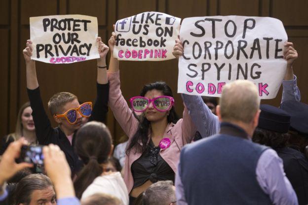 En la audiencia también hubo quien protestó contra la falta de privacidad en Facebook. EPA