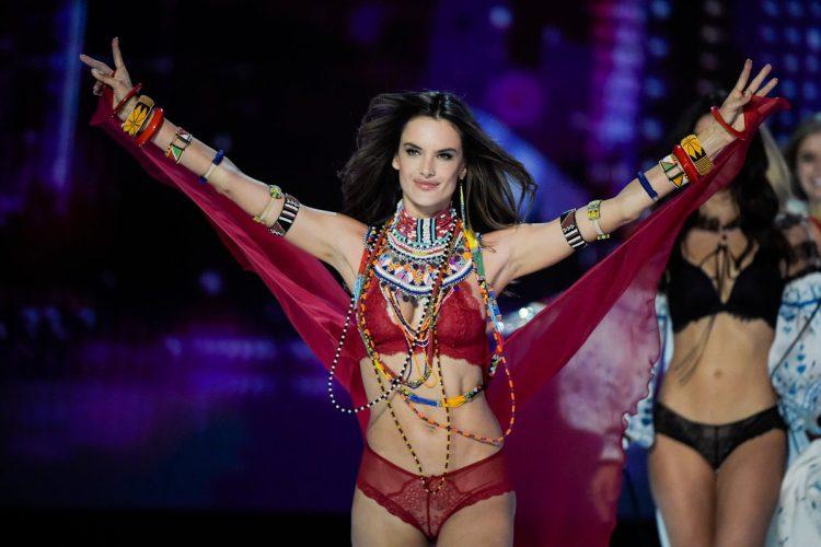 La modelo brasileñaAlessandra Ambrosio se presenta en el desfile