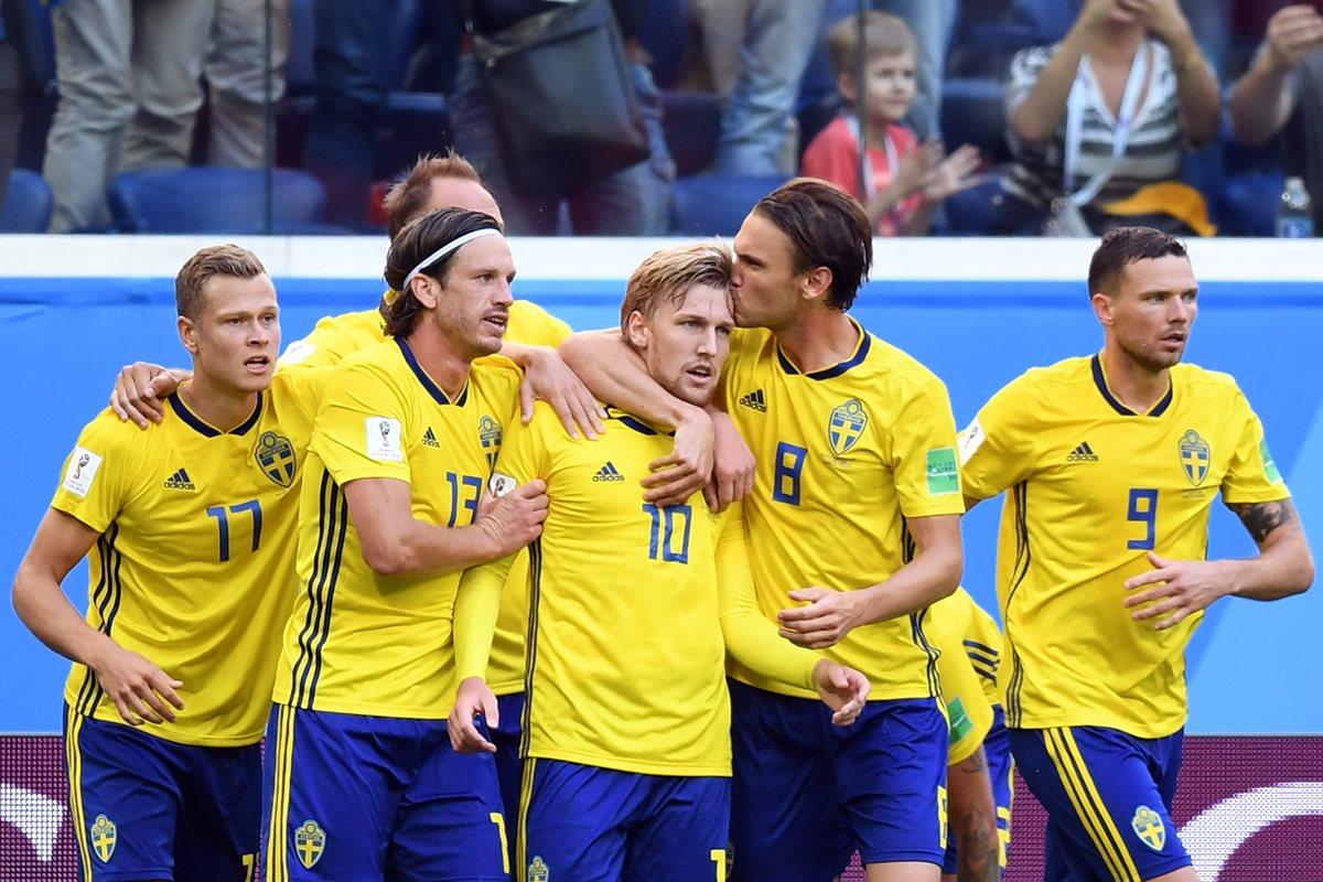 Los jugadores de Suecia festejan en el juego contra Suiza. (Foto Prensa Libre: AFP)