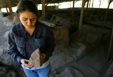 La arqueóloga Lorena Paiz muestra una de las piezas encontradas en las nuevas excavaciones en Kaminaljuyú, en las que buscan datos históricos.