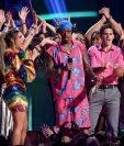 Lele Pons and Nick Cannon con las fandom de BTS durante los Teen Choice Awards 2018. (Foto: AFP).