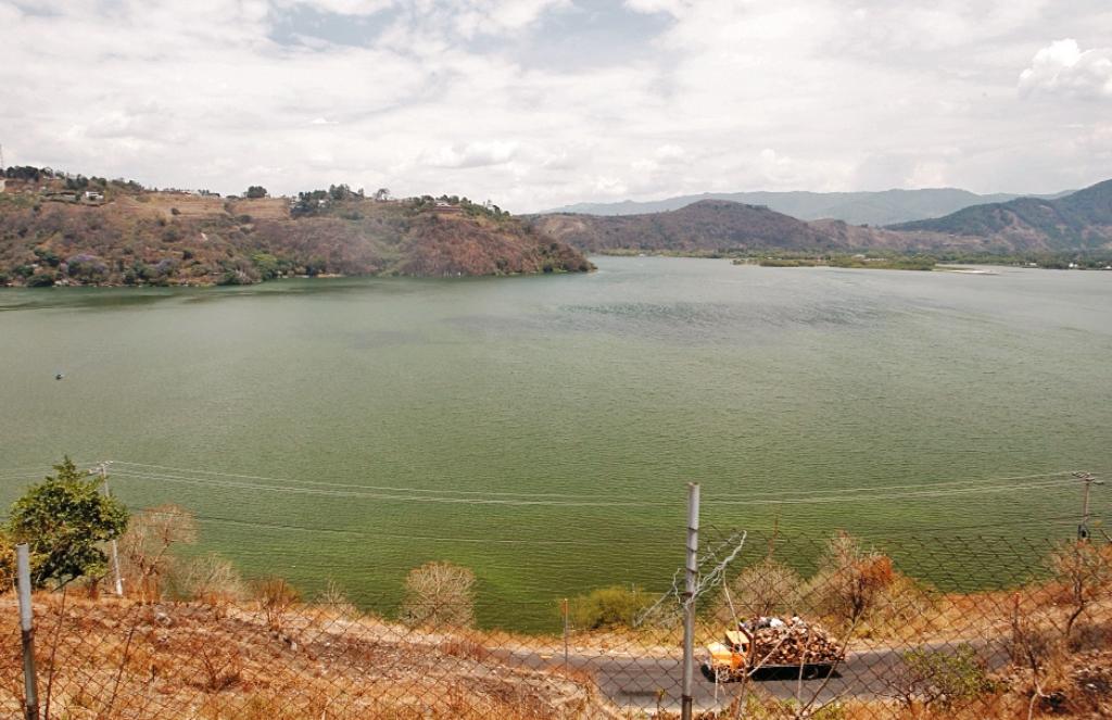 El Lago de Amatitlán recibe la mayor cantidad de aguas servidas del área metropolitana de Guatemala. (Foto Prensa Libre: Hemeroteca PL)