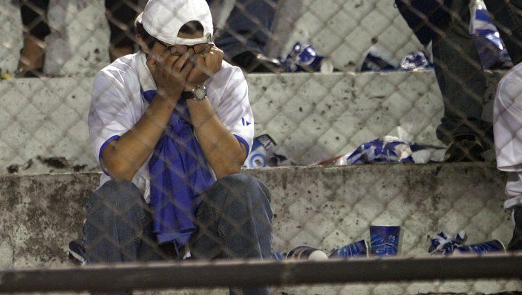 Los aficionados y los jugadores son los que más sufren por la suspensión del futbol a escala internacional. (Foto Prensa Libre: Hemeroteca PL)