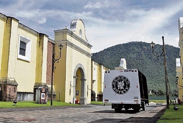 Cada barrica pasa por un proceso de tostado para activar el olor y sabor de la madera que guarda el ron en más de nueve bodegas que se ubican en Quetzaltenango. (Foto Prensa Libre: Juan Carlos Rivera)