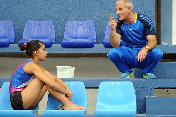 adrián boboc —derecha— conversa con Sofía Gómez, al finalizar el entrenamiento en la Federación de Gimnasia, ayer.