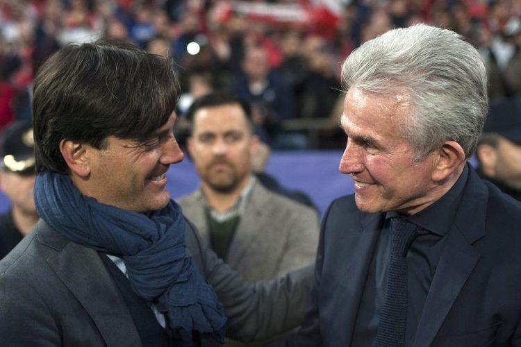 Vincenzo Montella y Jupp Heynckes se saludan antes del inicio del partido entre el Sevilla y el Bayern Múnich. (Foto Prensa Libre: AFP)