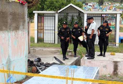 Miembros de la Policía Nacional Civil recaba evidencias sobre el hecho en el cementerio. (Foto Prensa Libre: Hugo Oliva)