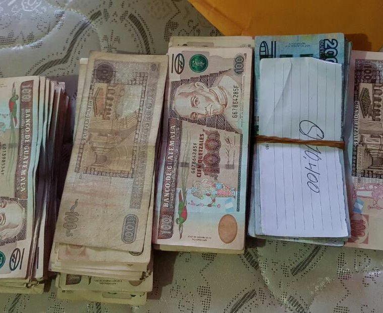 En una vivienda en San Martín Jilotepeque, Chimaltenango, la PNC localizó Q35 mil en efectivo y cuentas bancarias. (Foto Prensa Libre: PNC)
