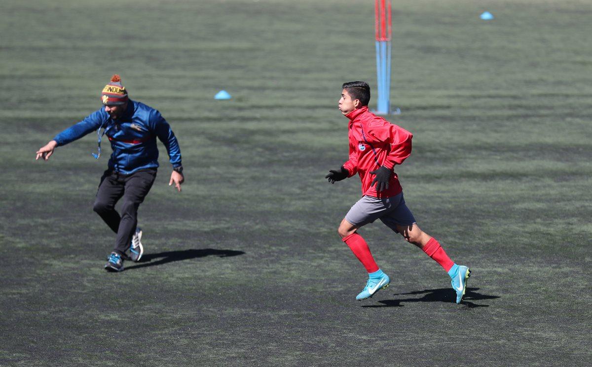 John Méndez sigue las indicaciones del preparador físico Rubén González, durante un entrenamiento efectuado en el complejo deportivo Ernesto Villa. (Foto de Francisco Sánchez).
