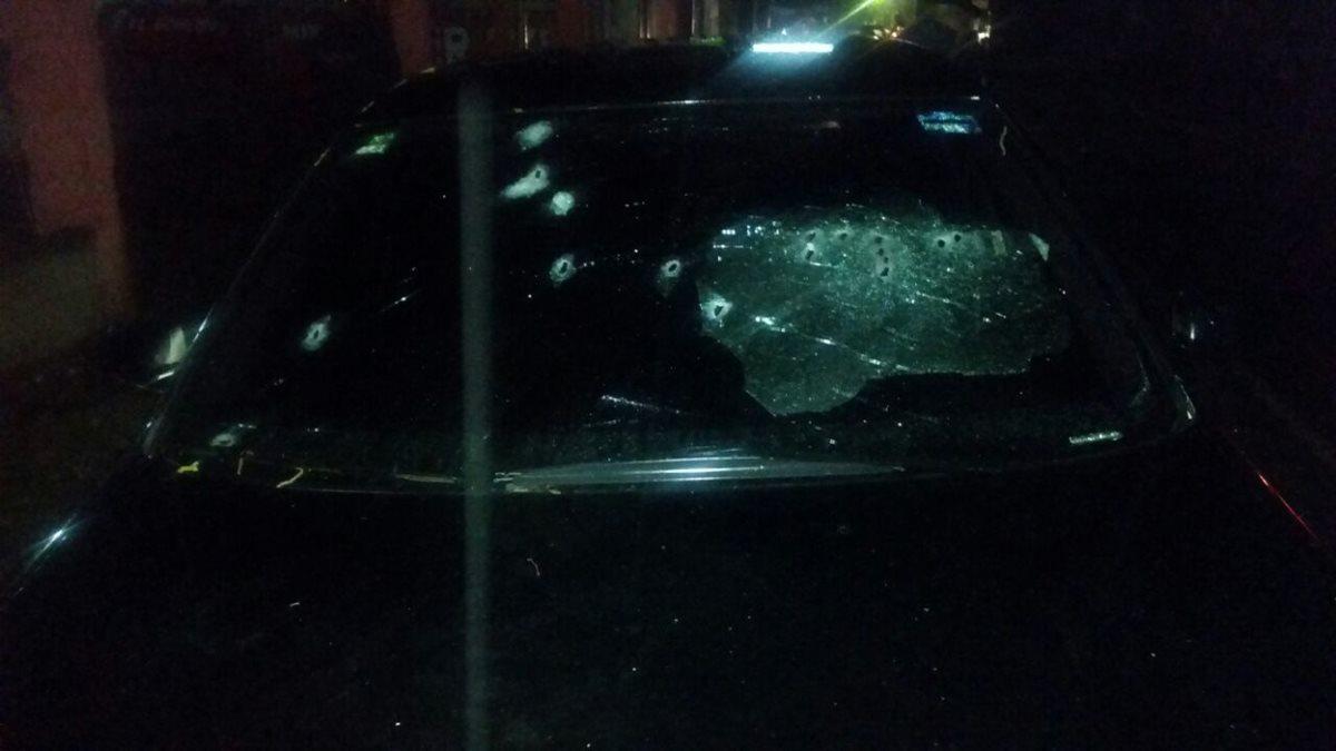 Vehículo que quedó abandonado con perforaciones de bala. Foto Prensa Libre: PNC