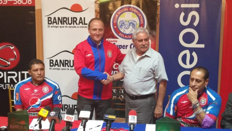 El presidente del Xelajú MC, Francisco Santos saluda al técnico Ramiro Cepeda. (Foto Prensa Libre: Cortesía La Red)