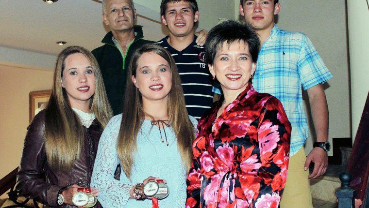 Otto Schoenfeld —Verde— junto con su familia recibió a TodoDeportes meses antes a su fallecimiento. (Foto Prensa Libre: Carlos Ventura)