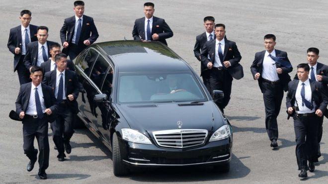 Uno de los requisitos de sus guardias de seguridad es la altura: debe ser similar a la de Kim Jong-un. GETTY IMAGES