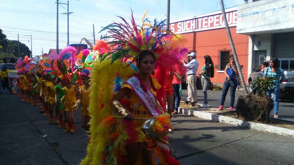 Estudiantes participan en desfiles durante el Carnaval de Mazatenango. (Foto Prensa Libre: Omar Méndez)