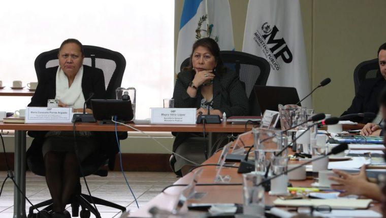 María Consuelo Porras, fiscal general electa para el período 2018-2022, asiste a reuniones de etapa de transición a cargo de Mayra Véliz, secretaria general del MP. (Foto Prensa Libre: Estuardo Paredes)
