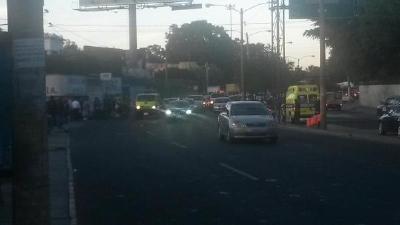 Bomberos Municipales atienden a peatón baleado en la zona 13. (Foto Prensa Libre: @rodrigo8970)