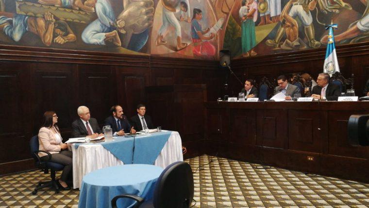Representantes del TSE comparecieron ante la Comisión Pesquisidora del presidente Jimmy Morales. (Foto Prensa Libre: Érick Ávila)