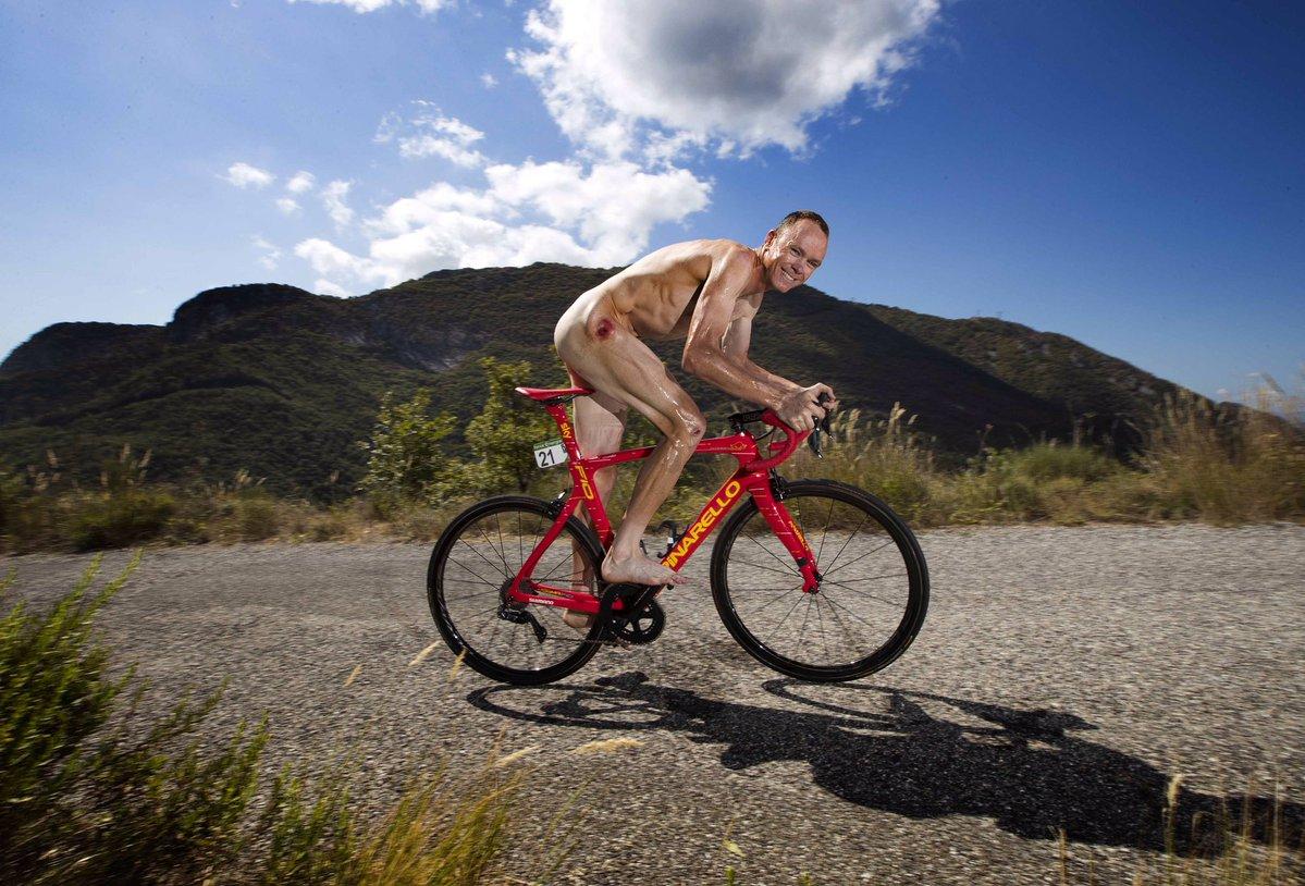 Chris Froome posó desnudo subido en una bicicleta