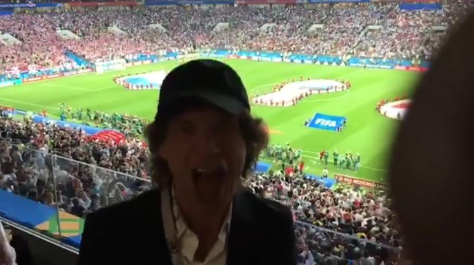 Mick Jagger se muestra emocionado antes del iniicio del partido Inglaterra - Croacia por las semifinales de Rusia 2018. (Foto Prensa Libre: AFP)