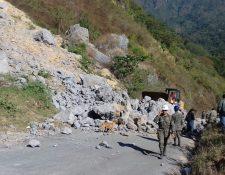 Maquinaria retira rocas para permitir el paso de automotores. (Foto Prensa Libre: Conred).