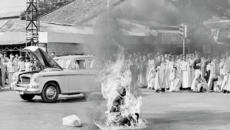 Quang Duc autoinmolándose en Saigón en 1963. (Foto Prensa Libre: AP)