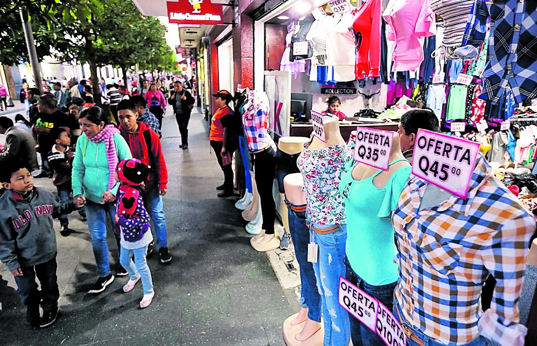 Guatemaltecos abarrotan ventas informales por pago de aguinaldo. (Prensa Libre: Hemeroteca PL)