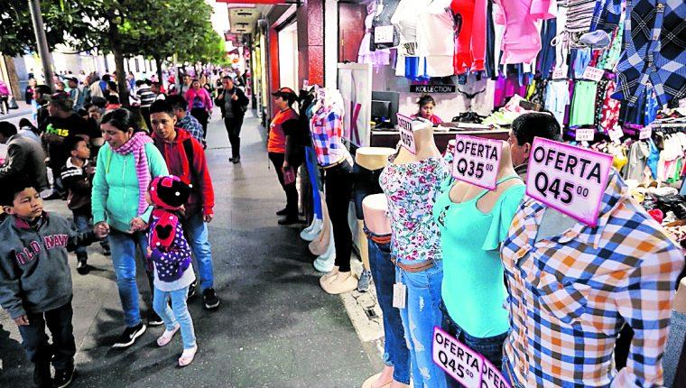 El sector comercio se dinamiza con el pago del aguinaldo, es decir del dinero que estará en circulación en la economía para esta temporada. (Foto Prensa Libre: Hemeroteca PL)