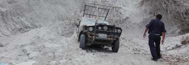 Un socorrista observa el vehículo quedó cubierto por grandes cantidades de tierra. (Foto Prensa Libre: Hugo Oliva)