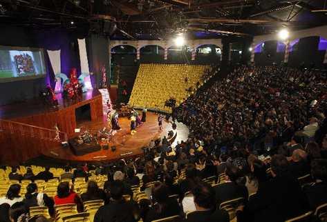 Cientos de invitados observan el show de inauguración de la moderna sala escénica,  que tiene capacidad para mil 490 espectadores.