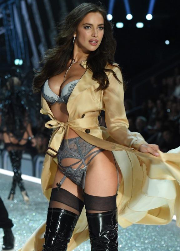 Durante la pasarela de  Victorias Secret, en diciembre, Irina Shayk trató de disimular su vientre abultado. (Foto Prensa Libre: Hemeroteca PL)