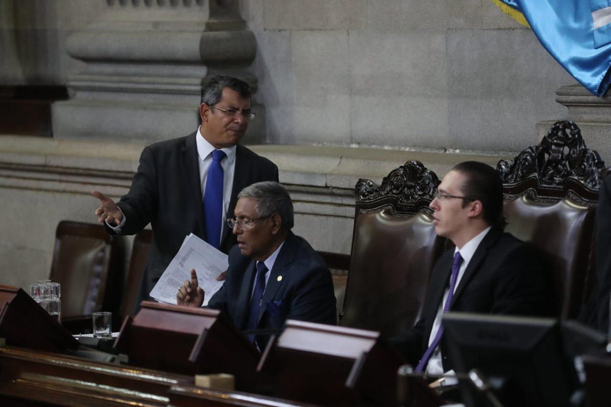 El diputado Marvin Orellana —de pie— discute con el primer vicepresidente del Congreso Felipe Alejos —derecha—. (Foto Prensa Libre: Archivo)