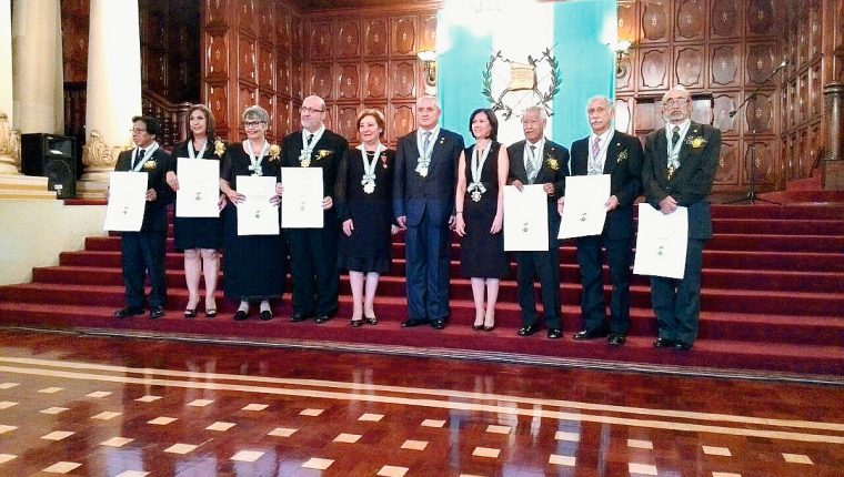Siete docentes fueron reconocidos con la Orden Nacional Francisco Marroquín. (Foto Prensa Libre: Esbin García).