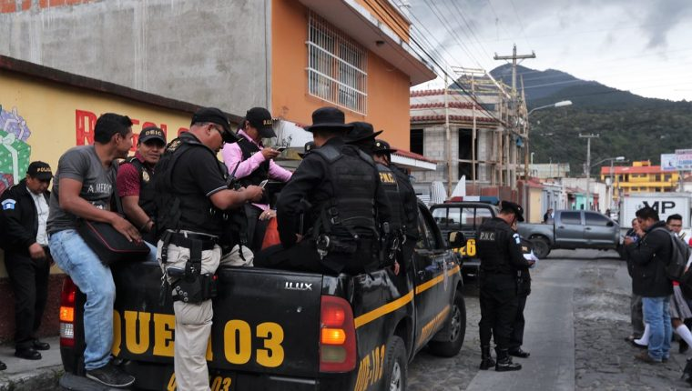 Contingente policial que participó en el operativo en la 19 avenida de la zona 1 de Xela. (Foto Prensa Libre: Fred Rivera)