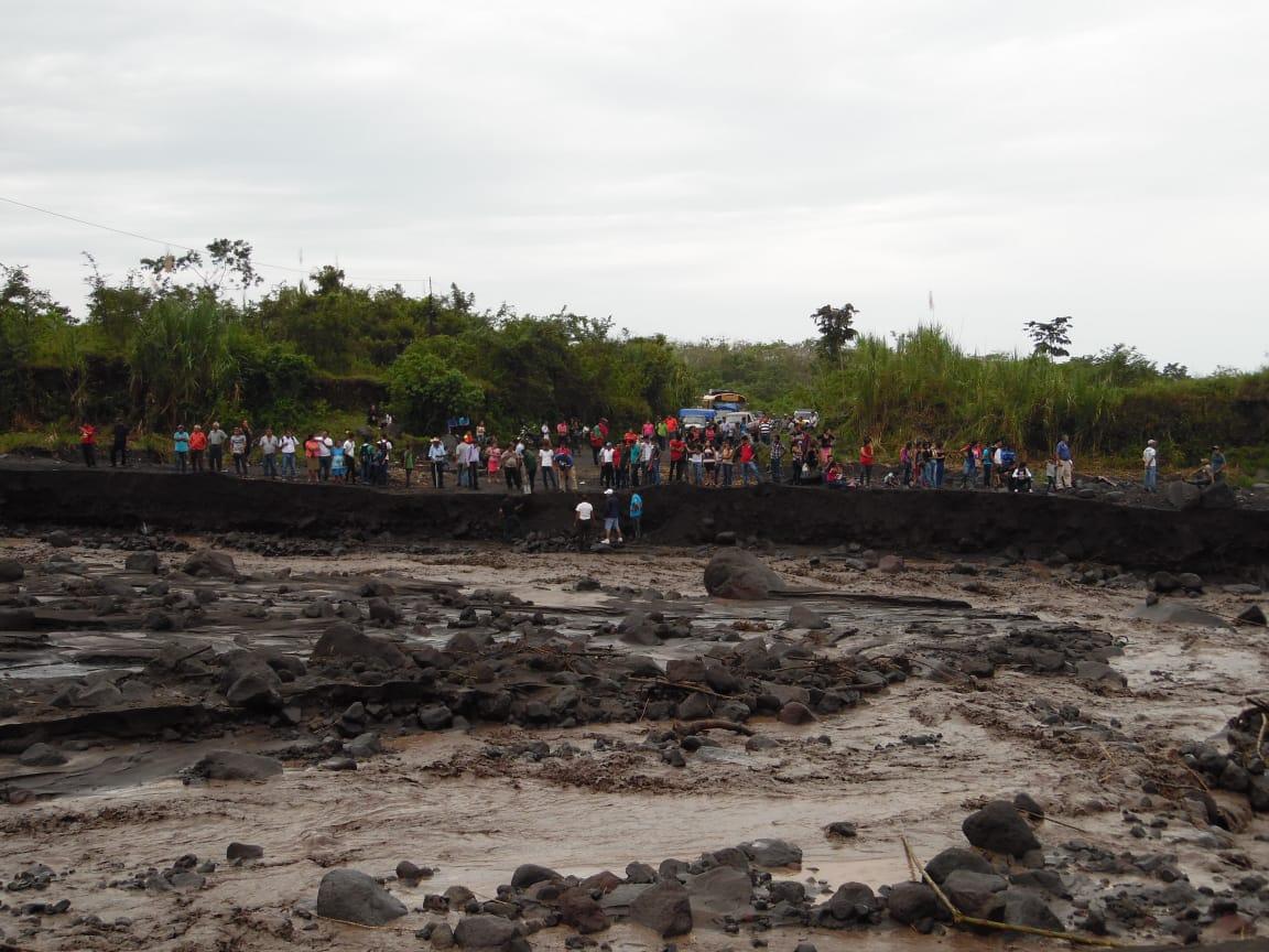 Vecinos de siete comunidades ubicadas en las faldas del Volcán de Fuego, en San Pedro Yepocapa, Chimaltenango, quedaron incomunicados por la crecida del río Taniluyá. (Foto Prensa Libre: Cortesía Víctor Chamalé)