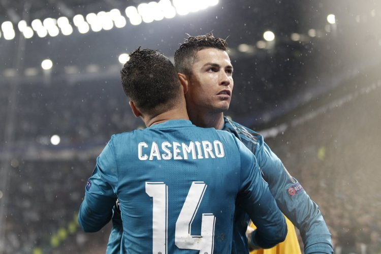 Cristiano Ronaldo celebra junto a Casemiro. (Foto Prensa Libre: AFP)