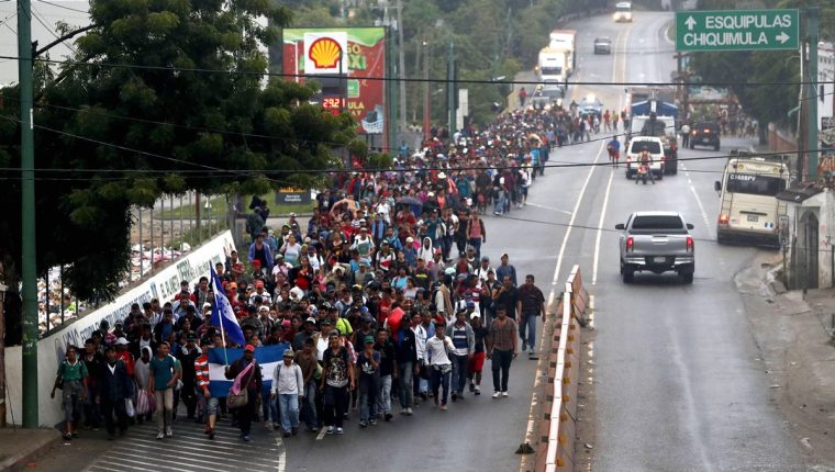 Los migrantes hondureños se encuentran en varios puntos de Guatemala, en su travesía hacia Estados Unidos. (Foto Prensa Libre: EFE)