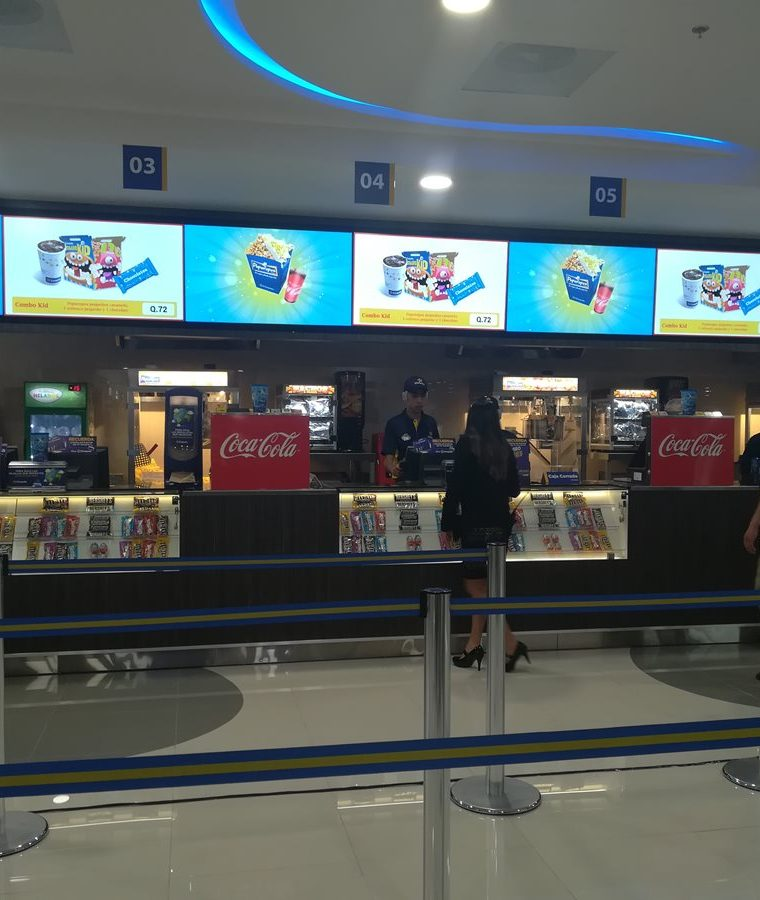 Las instalaciones cuentan con área para compra de comida y bebida. (Foto Prensa Libre: Raúl Juárez)