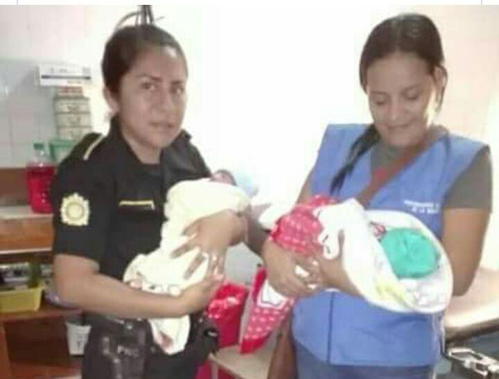 Personal de la PGN y PNC trasladan a las gemelas que fueron abandonadas el pasado 5 de diciembre en San Pedro Cutzán, Chicacao, Suchitepéquez, a un hospital. (Foto Prensa Libre: Hemeroteca)