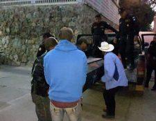 Los restos de Jose Alfredo Pérez son retirados de la morgue de Jalapa.(Foto Prensa Libre: Hugo Oliva)