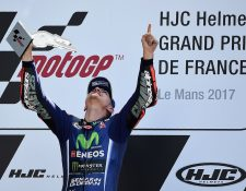 Maverick Viñales festeja en el podio luego de coronarse campeón en Le Mans. (Foto Prensa Libre: AFP)