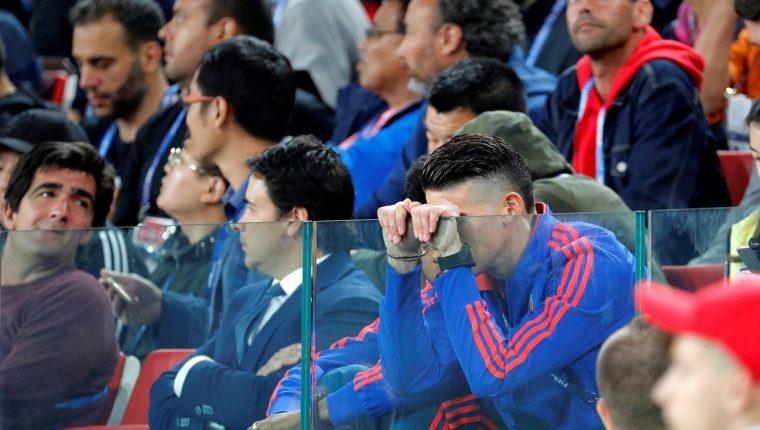 El volante James Rodríguez vive el partido entre Colombia e Inglaterra desde el palco, debido a una lesión. (Foto Prensa Libre: EFE)